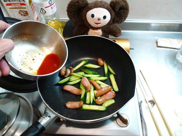 ウインナーとキュウリのピリ辛炒め作り方(1)