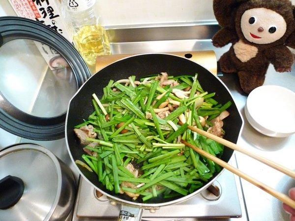 豚ニラ炒め丼の作り方(5)