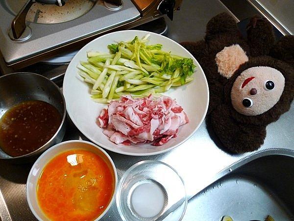 豚肉と卵、セロリの炒め物の作り方(1)