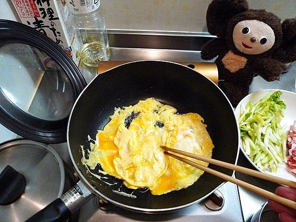 豚肉と卵、セロリの炒め物の作り方(2)