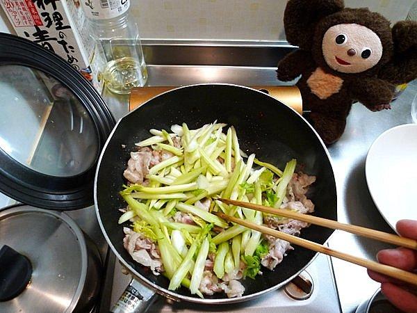 豚肉と卵、セロリの炒め物の作り方(3)