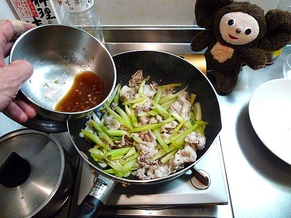豚肉と卵、セロリの炒め物の作り方(4)
