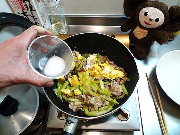 豚肉と卵、セロリの炒め物の作り方(5)