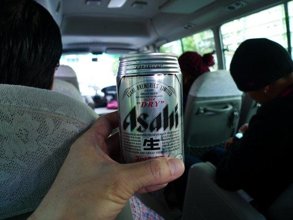 送迎バスでビール