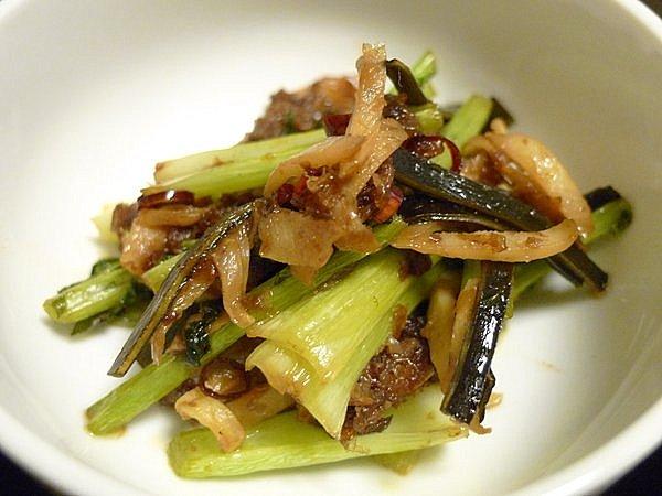 カブの皮と茎、だし殻の昆布とかつお節の炒め物