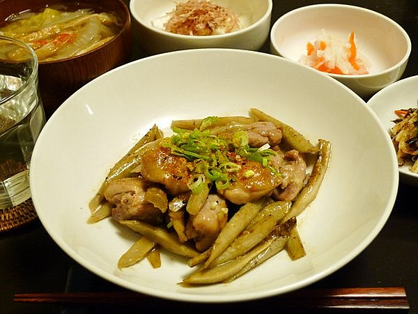 鶏とゴボウの煮込み