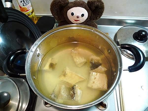 棒ダラの煮物を作っている