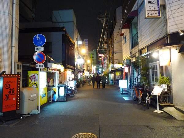 阪町 ここがいかにもいかがわしい、風俗店のあいだにざっくばらんな飲み屋が立ち... 怪しい店ほど