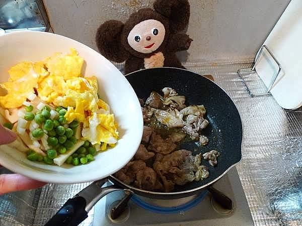 豚肉とタケノコの塩炒め、卵とえんどう豆入り 作り方