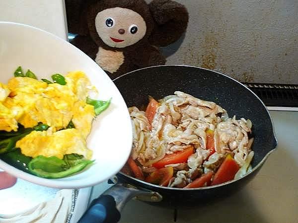 豚と万願寺のトマ玉炒め 作り方