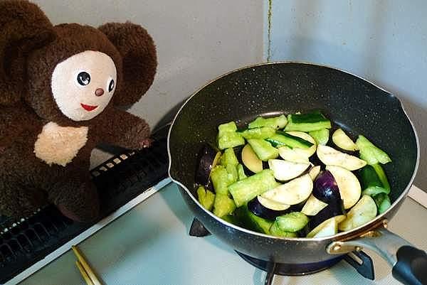 豚肉とキュウリ、ナス、トマトのピリ辛みそ炒め