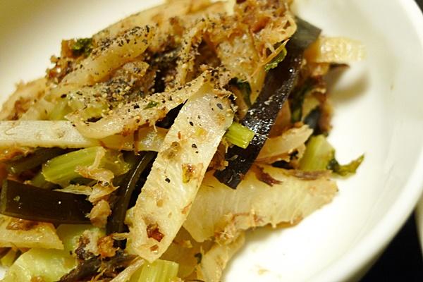 だし殻と皮や茎の炒め物