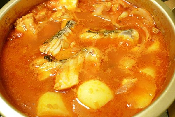 タラとじゃがいものトマト鍋