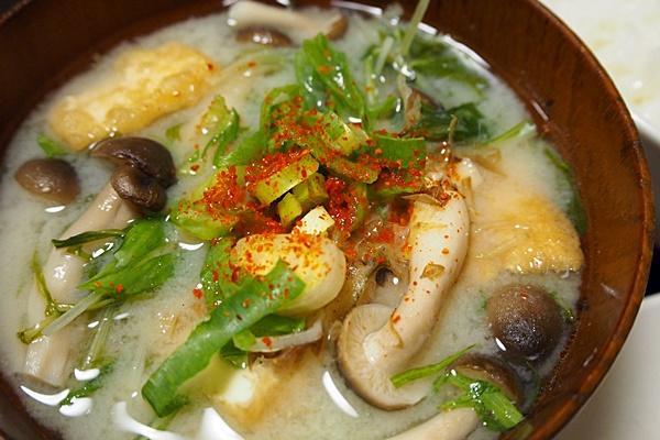 水菜と厚揚げの白みそ汁