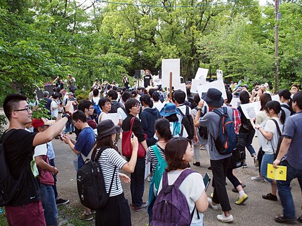 戦争立法に反対する学生デモ