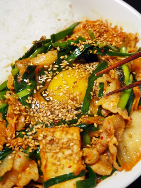 ニラ入りの豚キムチ丼