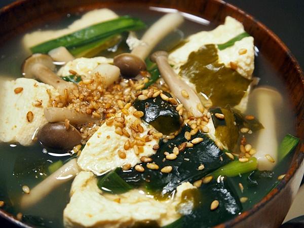 残り野菜のわかめスープ