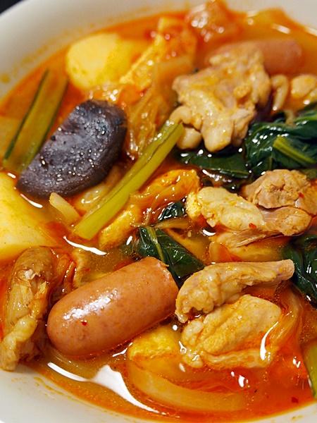 鶏肉とジャガイモなどのキムチ汁