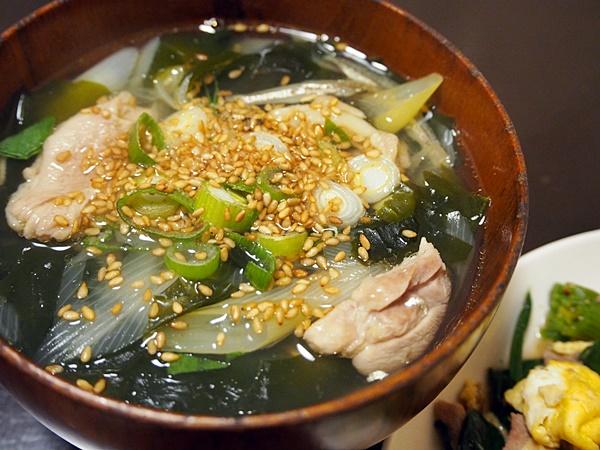 鶏肉とネギのわかめスープ