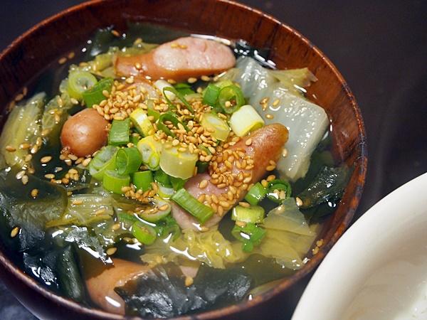 白菜とウインナーのわかめスープ