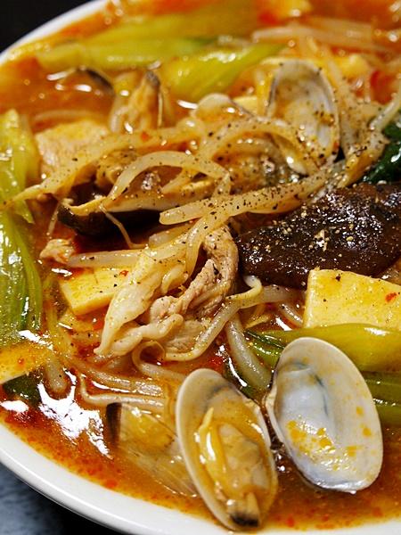 アサリと豚肉の酸辣湯麺