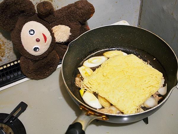 豚肉とネギのしょうゆ焼きそば 作り方
