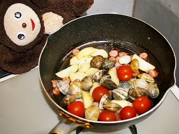 あさりとジャガイモのトマト酒蒸し 作り方