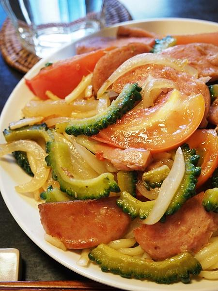 ゴーヤとトマトの焼きうどん