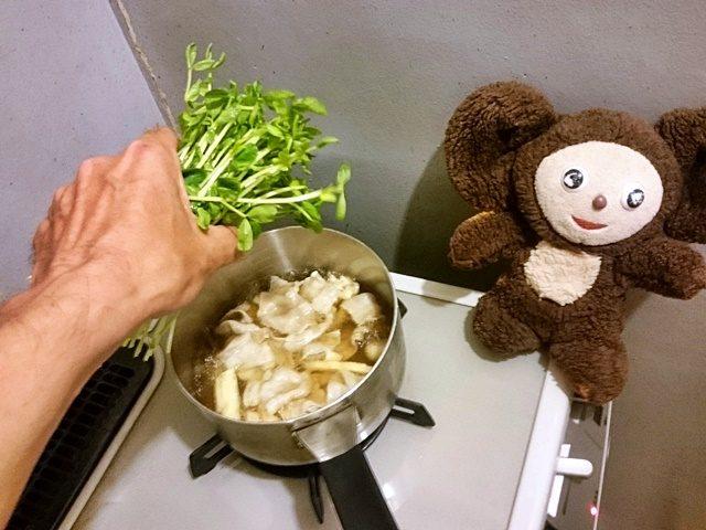 豆苗と豚肉の吸い物 作り方