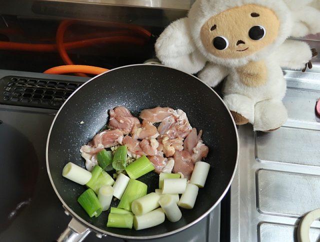 鶏肉は、切ったら酒・小さじ1、塩・小さじ8分の1(ほんの1つまみ)、コショウ・2~3ふりを、まな板の上でいいので振りかけてもみ込む。 フライパン